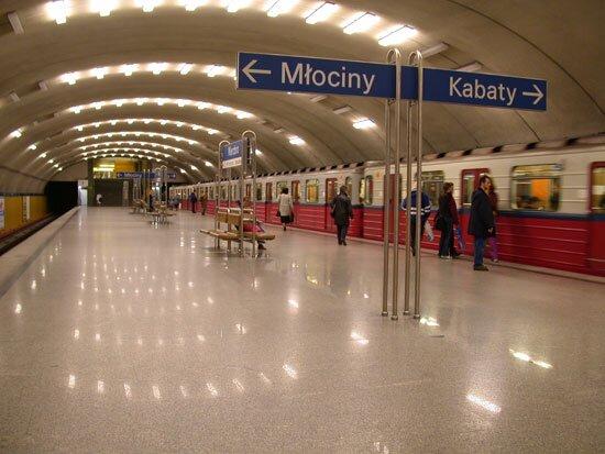 Ludzie w metrze w Warszawie